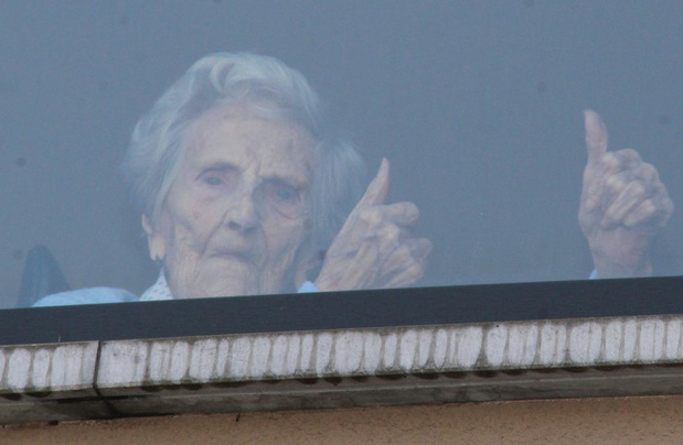 Jeanne (103) en buurman Roland (87) vieren verjaardag achter het venster in Poperinge