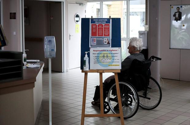 France: 3e dose de vaccin dans les Ehpad, pas de pass sanitaire en entreprise