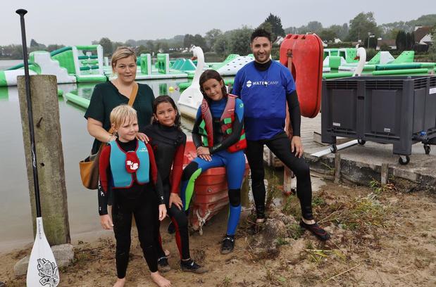 Eerste waterratten ravotten op hindernissenparcours in nieuw waterpark
