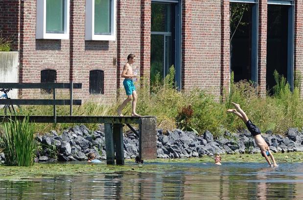 Ondanks verbod en verdrinking, jongeren zoeken toch verkoeling in Kortrijkse vaart