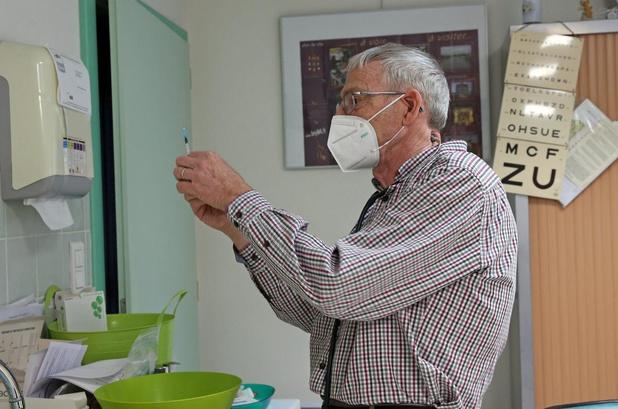 Les 100.000 Belges 85+ qui doivent être vaccinés à domicile par les MG devront attendre un mois