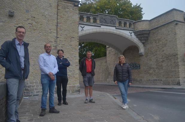Vestingmuren en brug van Rijselpoort steken in nieuw jasje