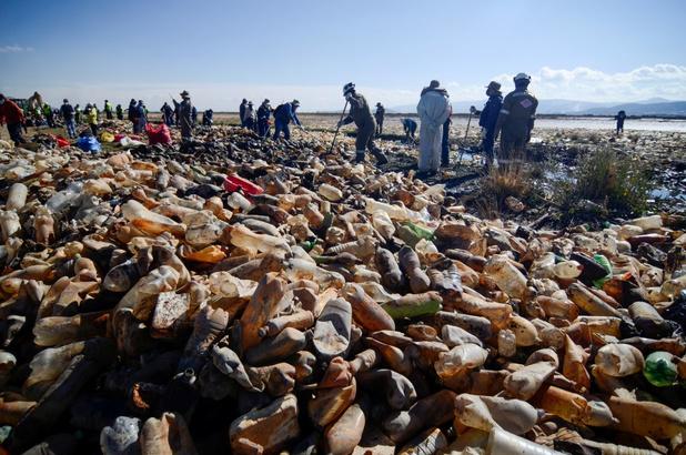 Dit meer hoog in de Boliviaanse bergen is veranderd in een plastic vuilnisbelt
