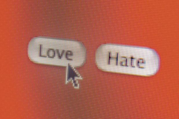 Une sacrée paire de haineux par Mélanie Geelkens (chronique)