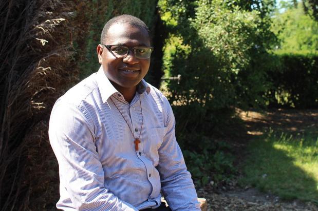 """Corona verhindert priesterwijding van Gildas Cambia: """"Ik voel me hier al helemaal thuis"""""""
