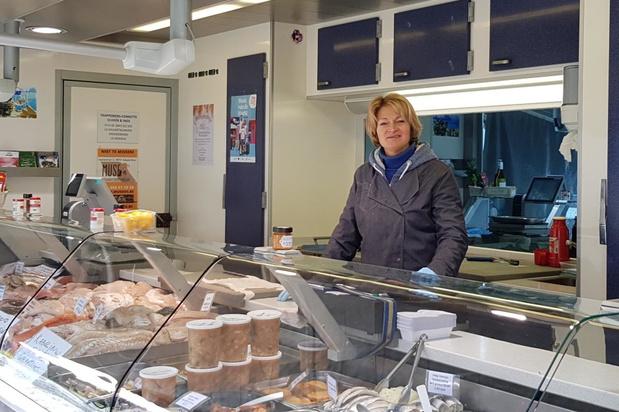 Vishandel Olivier en Inge eenzaam en alleen op de markt in Lo
