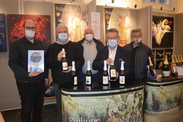 Personages Dictator Dirk sieren champagnecapsules en -etiketten