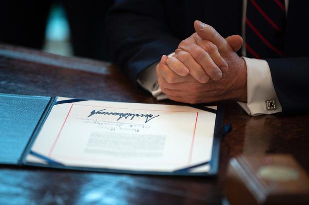 Trump zet handtekening onder steunpakket van 2 biljoen dollar