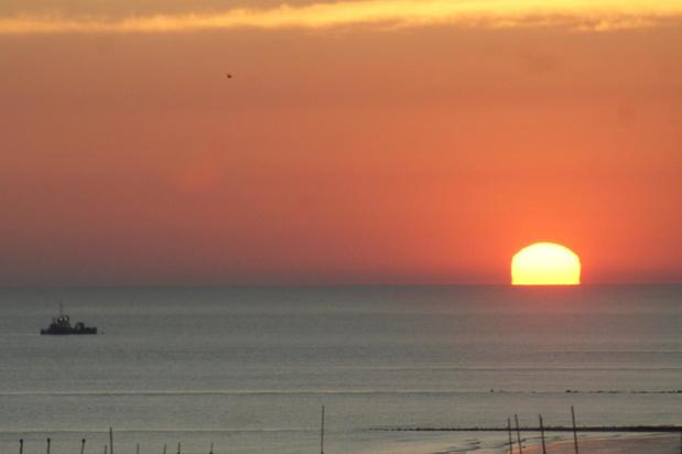 Prachtige zonsopgang aan de kust op langste dag van het jaar