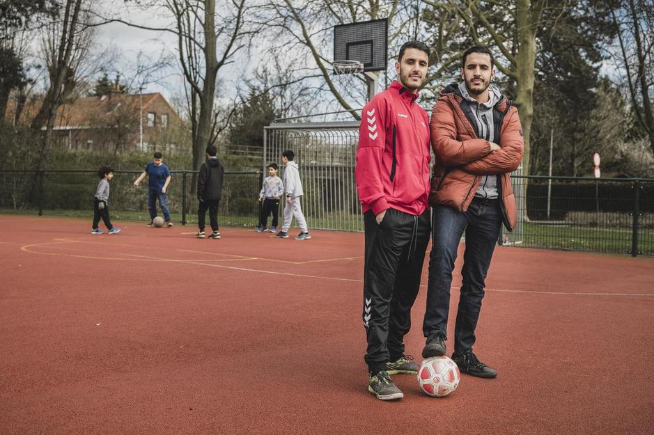 """Younes en Youssef (23), voorbeelden voor de jeugd: """"Voetballen kan later wel weer"""""""