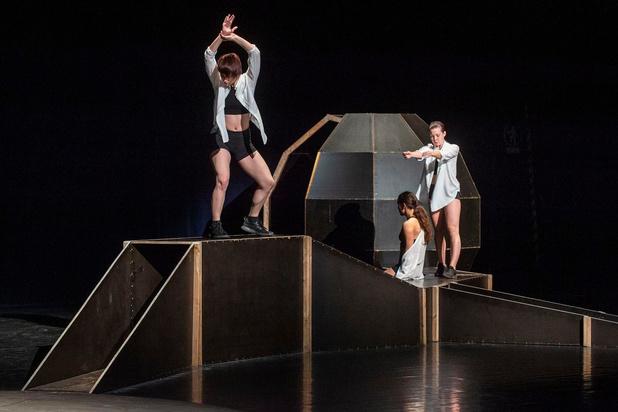 Nel Bonte brengt performance in lege schouwburg van De Spil in Roeselare