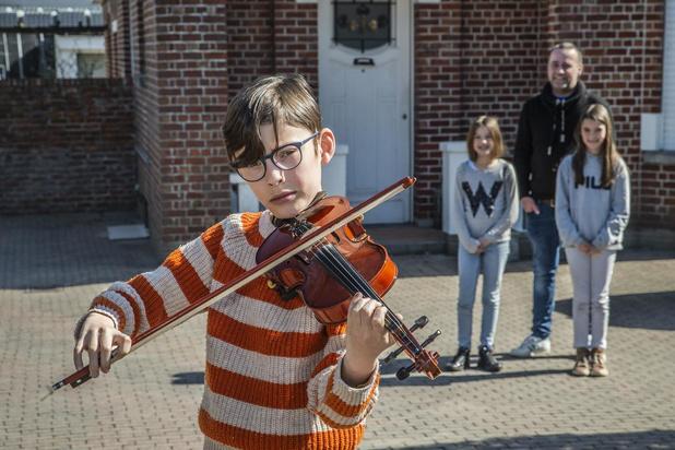 VIDEO: Arthur uit Roeselare brengt iedere dag vioolsolo voor de hulpverleners en zijn mama