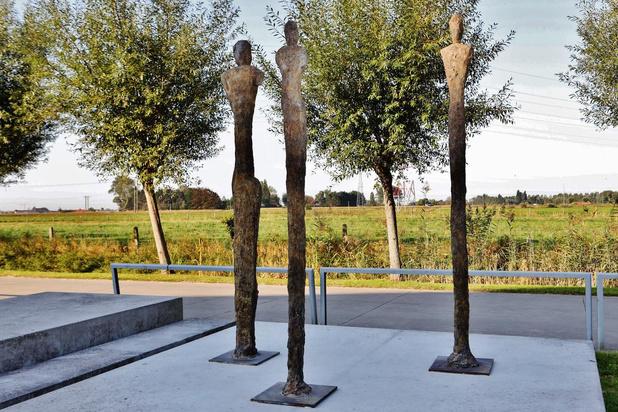 Bronzen beeldengroep 'Gasten' siert Dorpsplaats in Wulpen
