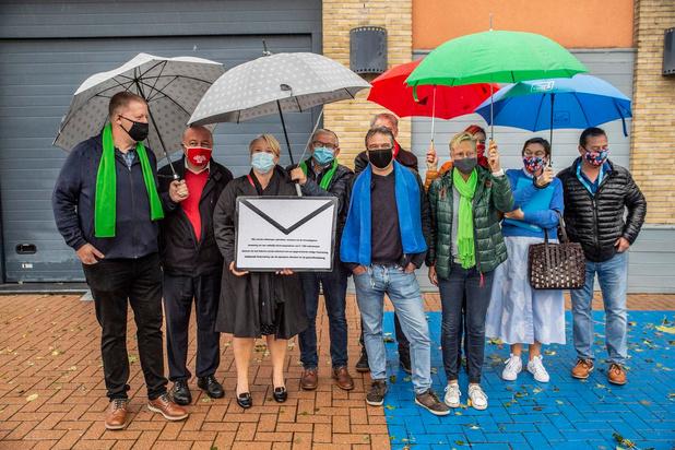 Vakbonden vragen met symbolische enveloppe hogere uitkeringen aan minister Nathalie Muylle