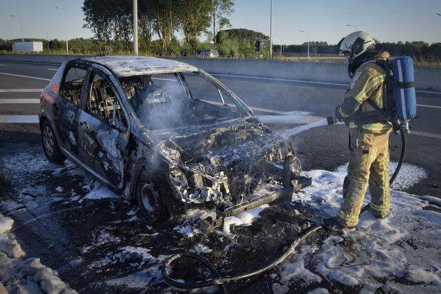 Wagen brandt volledig uit op autosnelweg