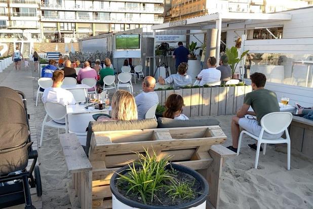 Voetbalfans genieten in strandbar van bekervoetbal
