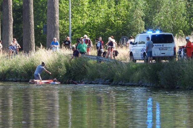 Politie-inspecteur haalt rolstoelgebruiker uit water