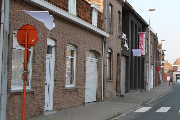 Witte vlaggen in Dranouter als steun aan de zorgverleners