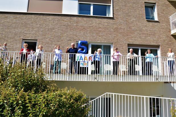 Bewoners woonzorgcentrum Huis aan Zee vieren (bescheiden) feest in coronatijd