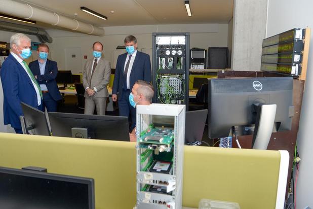 Jan Jambon ziet bij Televic hoe herwerkte technologie coronacrisis helpt bestrijden