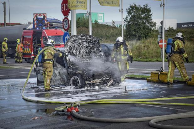 Auto rijp voor schroothoop na brand