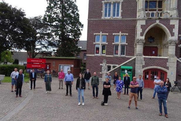 Vrijwilligers delen mondmaskers uit in Ruiselede
