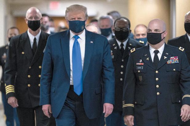 Donald Trump sort masqué