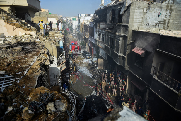 97 doden bij vliegtuigongeval in Karachi