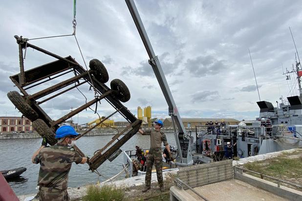 Mijnenbestrijders halen aanhangwagen boven in Oostends dok