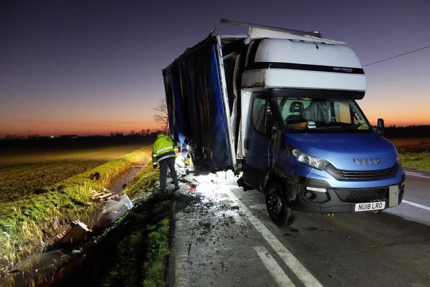Trucker uit Britse Washington eindigt met vrachtwagen in gracht in Avekapelle