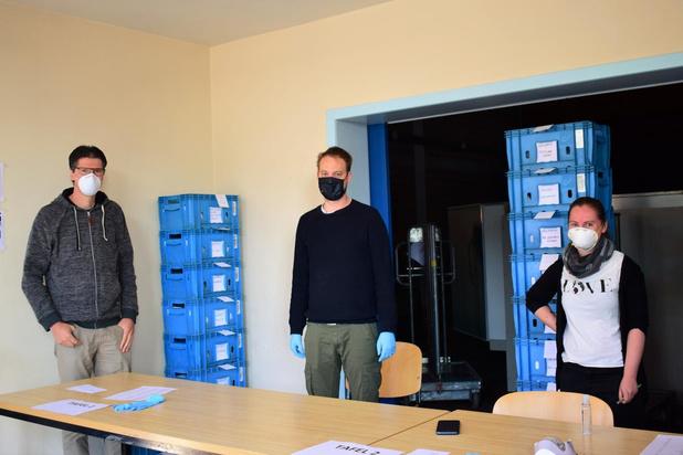 Vrijwilligers op pad om mondmaskers te verdelen