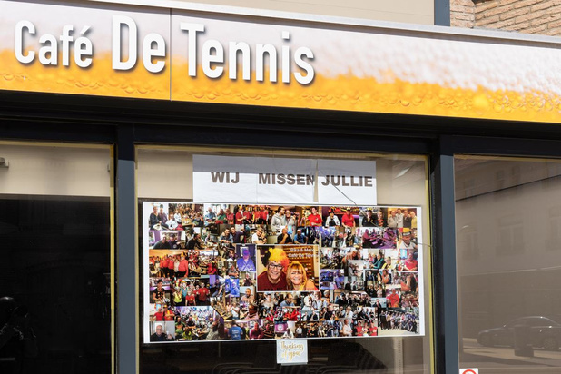 Reuzengrote poster aan raam voor de klanten