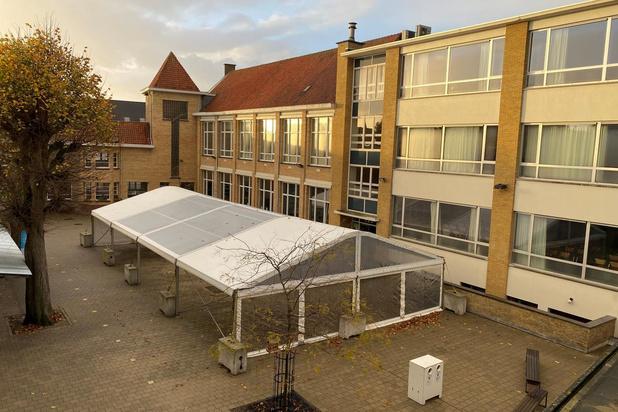 Evenemententent op speelplaats houdt leerlingen VMS in Roeselare droog