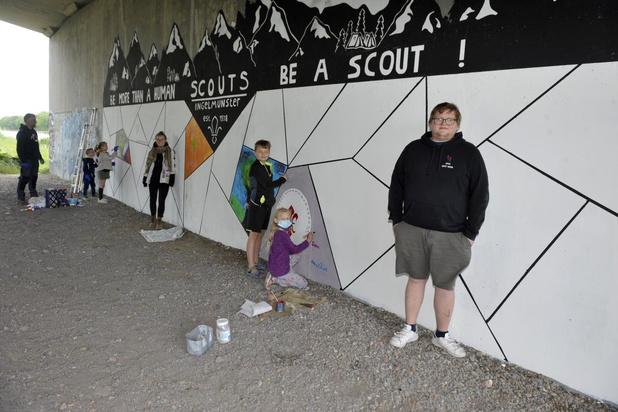 Scouts schilderen 32 vierkante meter onder centrumbrug in Ingelmunster