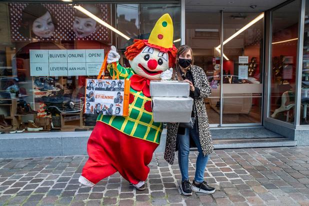Clown brengt in lockdown schoenen aan huis in Roeselare