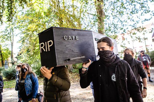 Rouwstoet voor de cafés in Brugge
