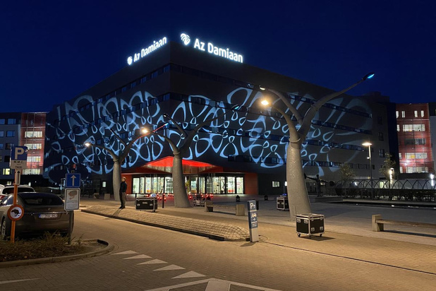 VIDEO Gevel van AZ Damiaan in Oostende in het licht uit solidariteit voor de zorgsector