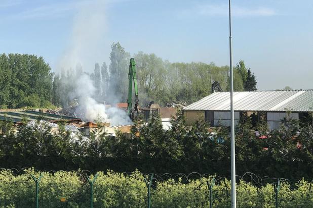 Brand in autowrakken bij recuperatiebedrijf in Snaaskerke