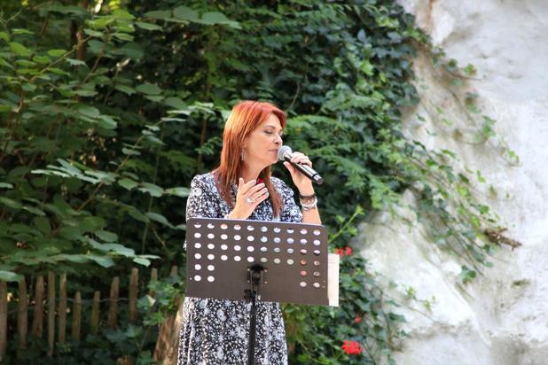 Lisa del Bo brengt mensen samen aan de Lourdesgrot in Houthulst