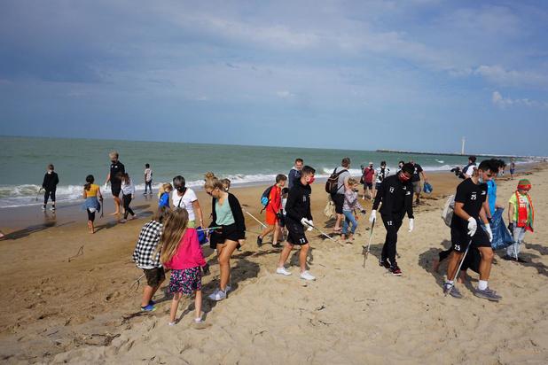 KV Oostende plukt 80 liter afval van het strand