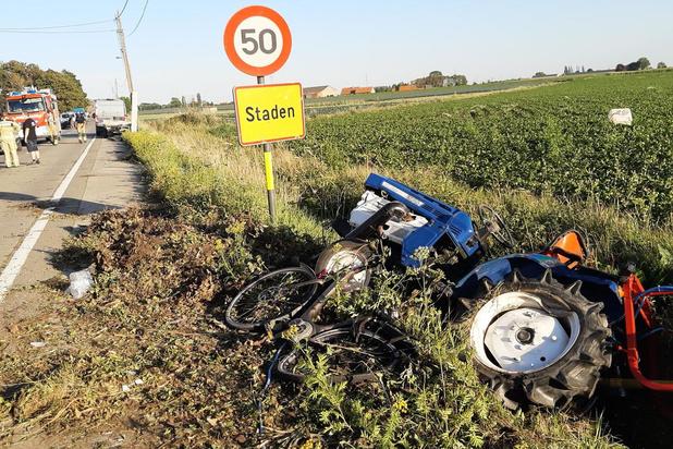 Fietsster zwaargewond nadat tractor van aanhangwagen valt