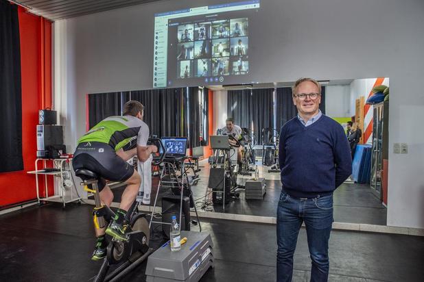 Jelle Wallays en Julie Van de Velde fietsen met leerlingen van MSKA Roeselare