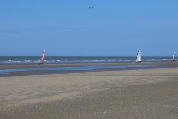 Ideaal weer voor zeilwagenrijders op het weidse strand van De Panne