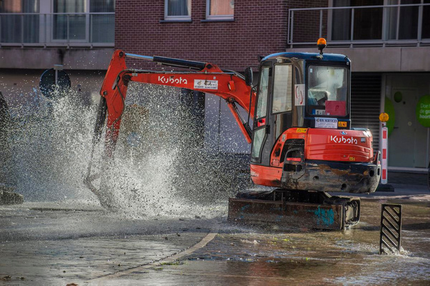 Waterlek zorgt voor overlast in Diksmuidsesteenweg in Roeselare