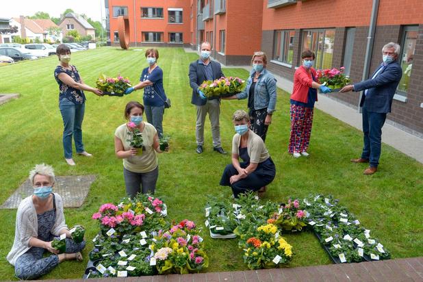 Lendelede dankt woonzorgcentrum en zorgverstrekkers met bloemen