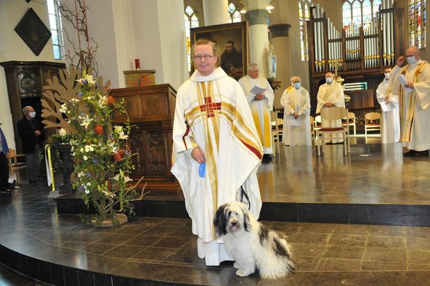 Nieuwe Oostkampse pastoor Rik Verbeke ingehuldigd