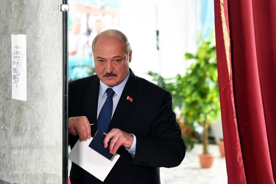 Passiviteit, repressie en enorme wortels: hoe Aleksandr Loekasjenko al 26 jaar de laatste dictator van Europa blijft