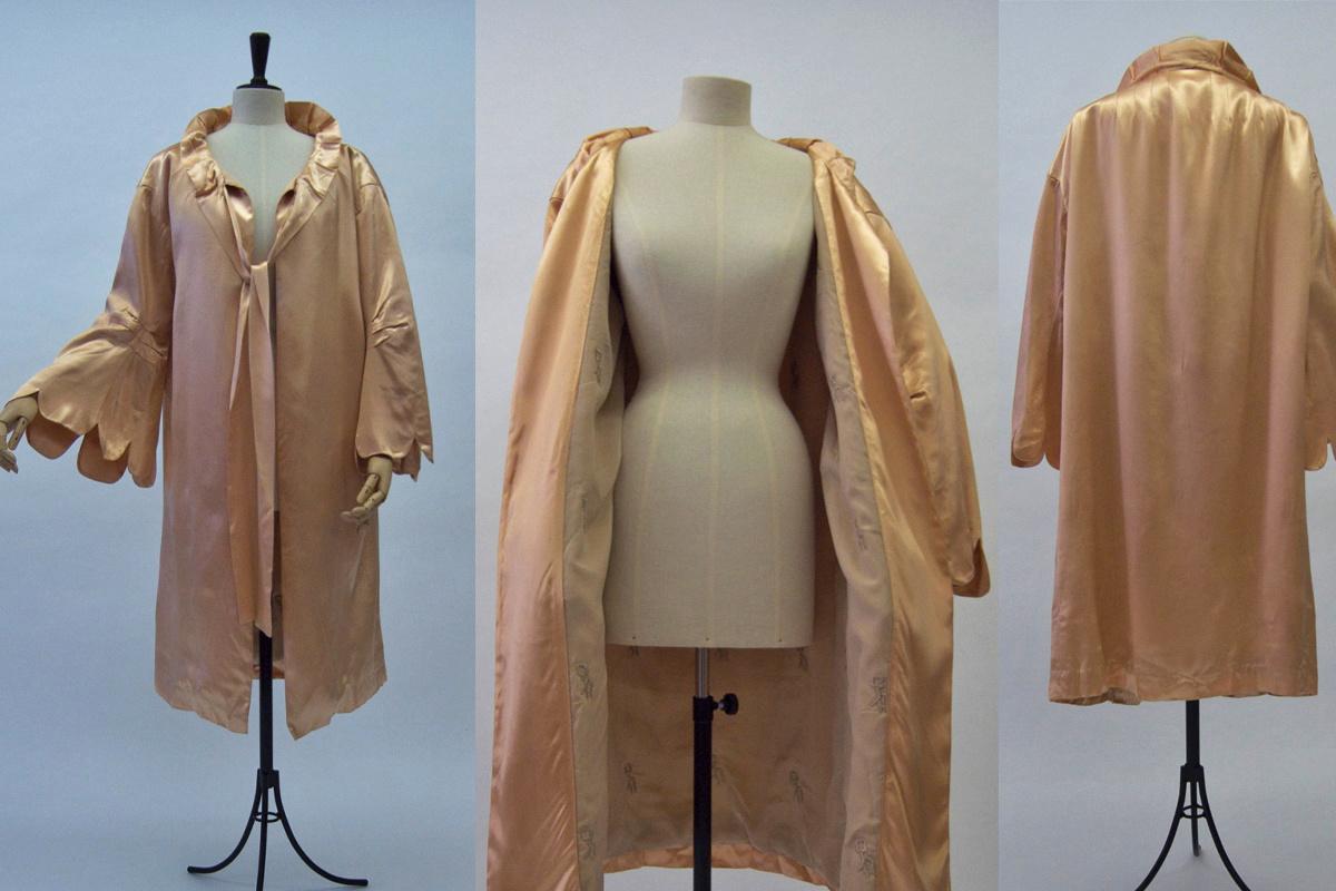 Deze zachtroze satijnen mantel met corollekraag wordt bewaard in een privéverzameling en dateert uit ca 1925. Opmerkelijk aan de mantel zijn de pagodemouwen met bloembladvormige uitsnijdingen. Dit is een mooi voorbeeld van haute couture., Nele Bernheim