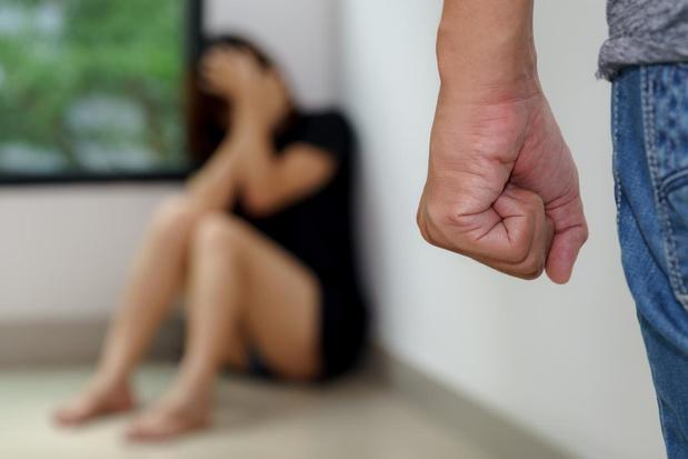 """Dubbel zoveel oproepen voor huiselijk geweld: """"Crisis zorgt voor spanningen in gezinnen"""""""