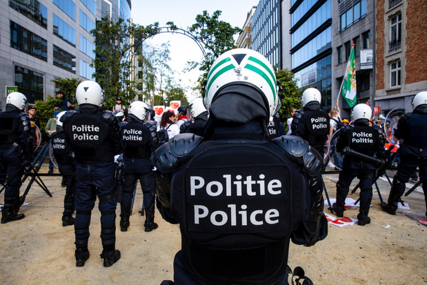 Politie zet waterkanon in bij onrust in Brusselse binnenstad